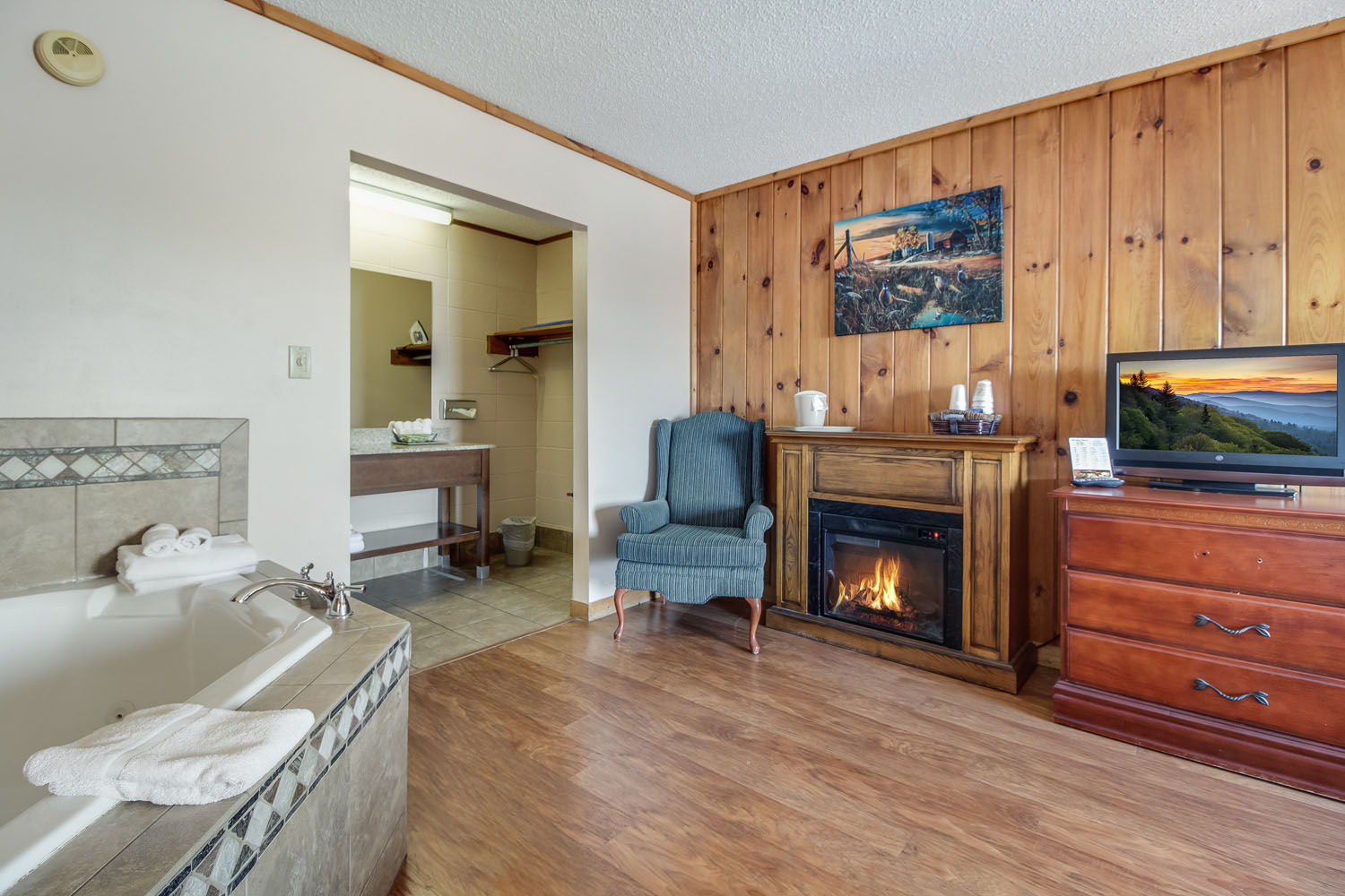1 King Jacuzzi and Fireplace